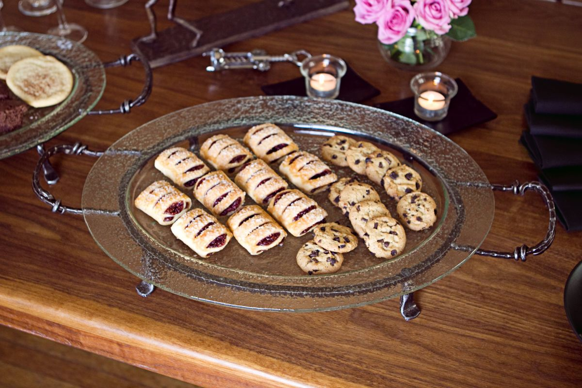 """Danya B MC16098 25"""" X 15"""" Oval Decorative Serving Tray with Iron Stand"""